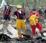 图文:救援人员积极搜寻遗体