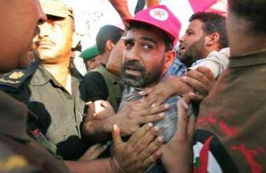 图文:巴勒斯坦士兵阻止抗议者接近定居点