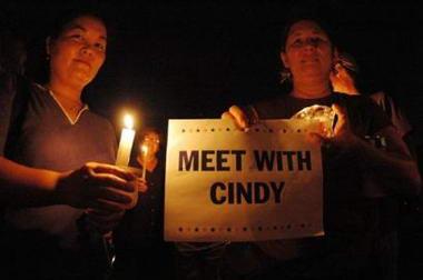 图文:民众手持蜡烛和标语声援反战母亲