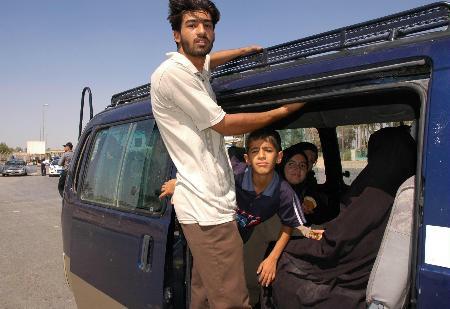 图文:什叶派民众准备从发生踩踏事件的区域撤出