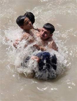 图文:一名跳入底格里斯河中的孩子被救起