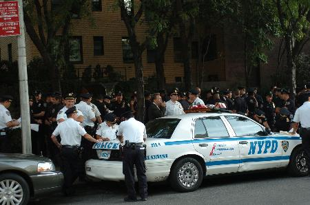 图文:大批警察在纽约联合国总部大楼附近警戒