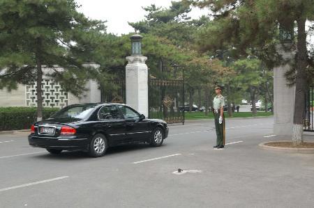 图文:韩国代表团轿车驶入钓鱼台国宾馆