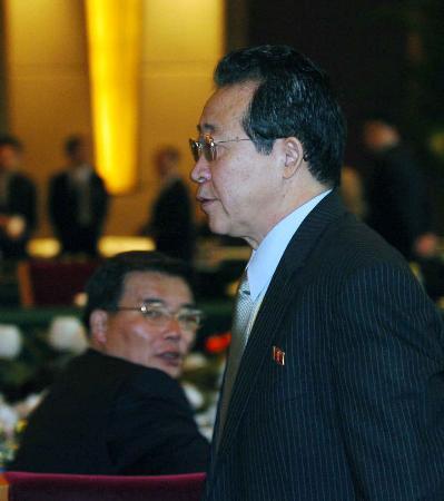 图文:朝鲜代表团长稍作停留后离开会场