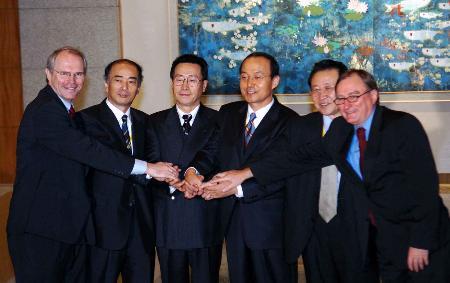 图文:六方团长在新闻发布会结束后握手