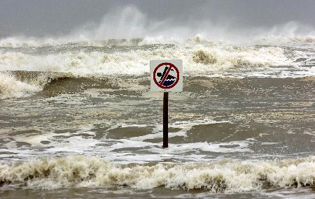 """图文:飓风""""丽塔""""裹挟的巨浪冲向海岸"""