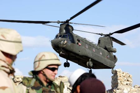 组图:驻阿美军直升机坠毁五人遇难