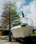 图文:游艇被飓风卷到岸边公路