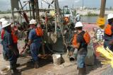 图文:新奥尔良工程队在运河大堤决口处施工