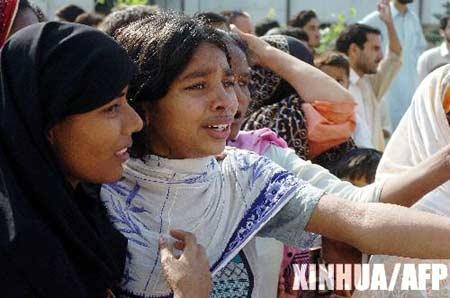 图文:巴基斯坦妇女等待亲人消息