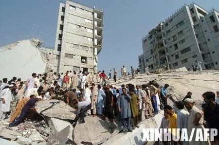 图文:伊斯兰堡一幢建筑物在地震中倒塌