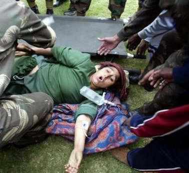 图文:印度士兵解救一名受伤妇女