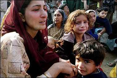图文:印度一户灾民在痛哭
