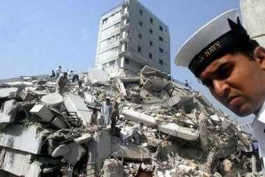 图文:巴基斯坦海军在地震现场进行救援