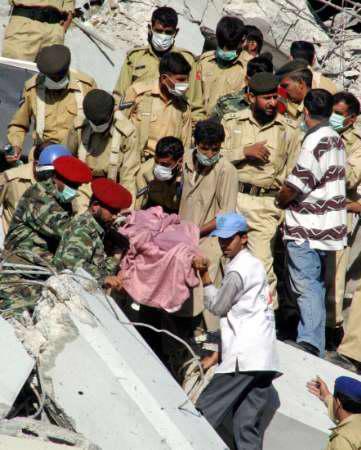 图文:巴基斯坦救援人员从废墟中抬出伤者