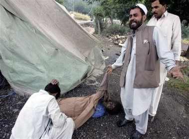 图文:一名巴基斯坦男子在为死去的女儿恸哭