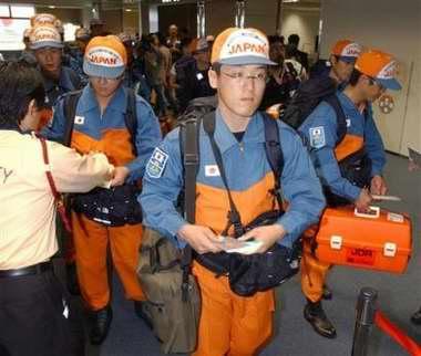 图文:日本救援人员赶往巴基斯坦