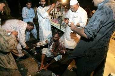 图文:医生给一名浑身是血的巴基斯坦男子治疗