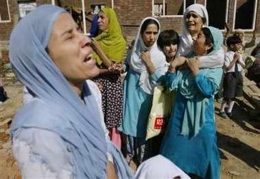 图文:几名印度妇女和孩子在嚎啕大哭