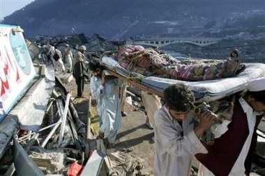 图文:巴基斯坦救援人员用担架抬出一名伤者