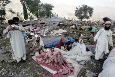 图文:许多巴基斯坦受伤灾民等待救援
