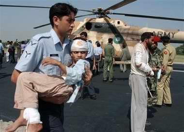 图文:巴基斯坦士兵抱着一名受伤小孩