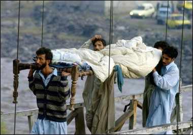 图文:巴基斯坦村民抬着一名遇难者