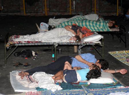 图文:居民担心地震再次发生露宿在空地上
