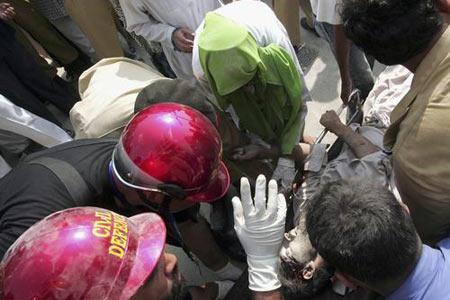 图文:救援人员搜寻地震幸存者