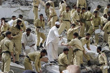 图文:救援人员在巴基斯坦伊斯兰堡搜寻幸存者