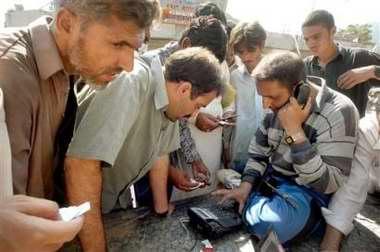 图文:巴基斯坦灾民给亲友打电话