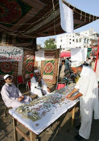 图文:巴基斯坦人在街头为震区募捐