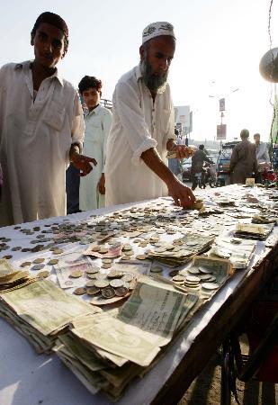 图文:巴基斯坦西部城市白沙瓦街头募捐