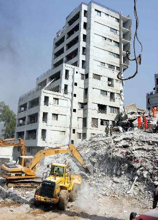 图文:巴基斯坦地震被掩埋者生还希望渺茫