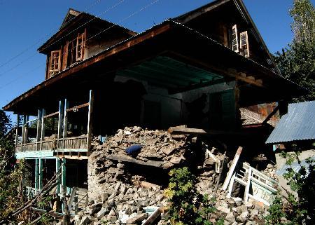 图文:楼房被地震严重损坏