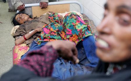 图文:巴基斯坦一名女孩在医院等待救治