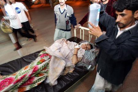 图文:巴基斯坦一名女伤员被转运到医院