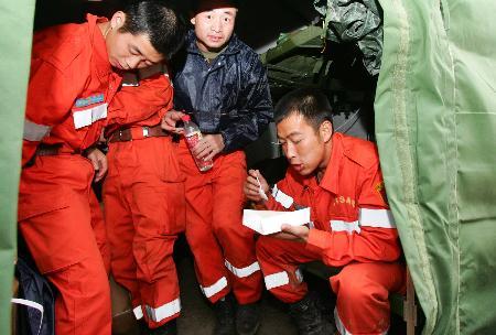图文:中国国际救援队队员在休整