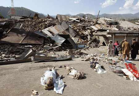 新民周刊:南亚遭遇强烈地震蹂躏(组图)