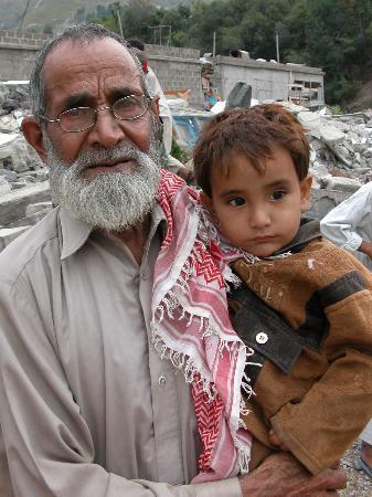 图文:幸存的爷爷抱着孙子