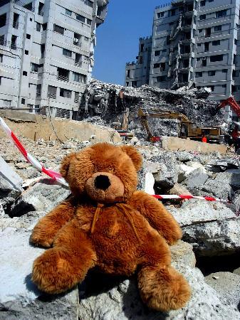 图文:一只玩具熊正在等待着它的主人的出现