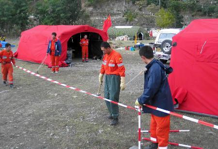 图文:中国国际救援队队员正在重新建立营地