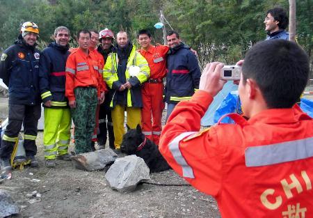 图文:中国救援队员与西班牙救援队员合影留念