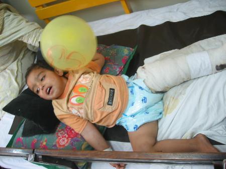 图文:巴基斯坦地震中的受伤儿童期待救援