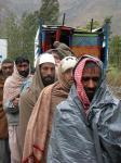 图文:几位灾民在等待领取救援物资
