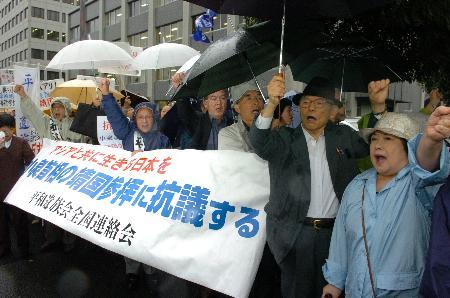 图文:东京市民冒雨在首相官邸前举行集会抗议