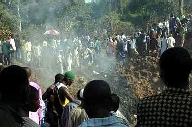 图文:飞机坠毁时在地面砸出大洞