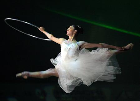 图文:乌克兰美女飞天表演