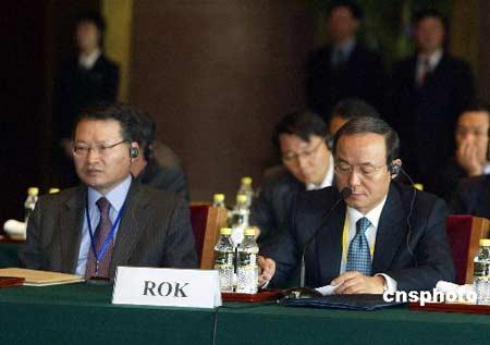 图文:韩国代表团团长宋�F淳参加六方会谈