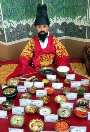 图文:韩国人身着传统服装展示制作精美的韩国食品